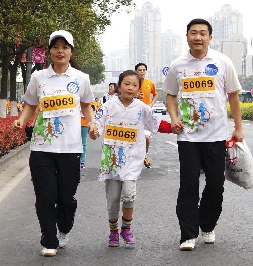 苏州半程马拉松赛_图文:2012苏州半程马拉松赛 家庭亲子跑比赛-搜狐体育