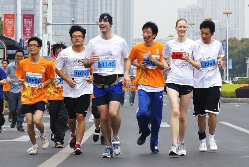 苏州半程马拉松赛_图文:2012苏州半程马拉松赛 选手在比赛中-搜狐体育
