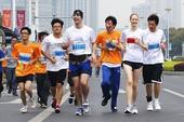 图文:2012苏州半程马拉松赛 选手在比赛中