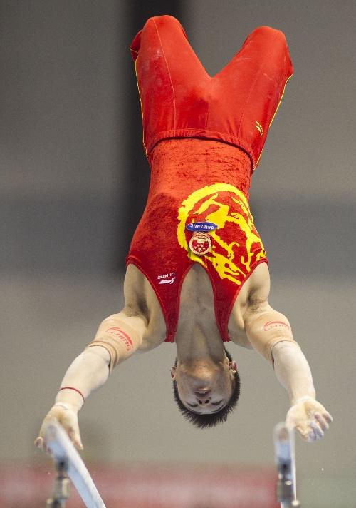 图文:体操世界杯淄博站赛况 张成龙在双杠赛中