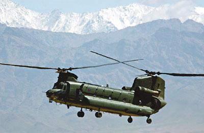 资料图:英军奇诺克直升机。