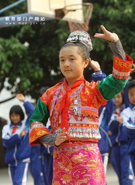 傣族学生上学图片,要穿着民族服装的。急,在线等 ...