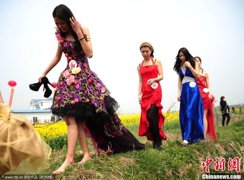 安徽 长丰/4月8日,安徽长丰桃花节正式开幕,因桃园里泥泞难行,穿着高跟...