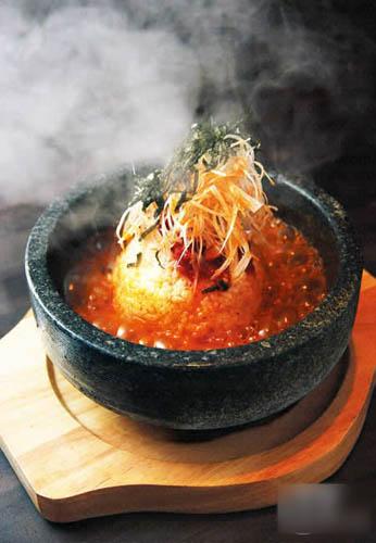 辛渍鱼肠石头锅饭$68:鱼肠是九州传统腌渍物,上桌时把滚烫木鱼清汤淋在放了米饭、大葱丝、韩式辣酱及紫菜丝的石锅中,鱼肠咸味一泡开,反而减淡而添鲜。