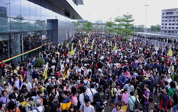 福田口岸外挤满大批入境前往内地旅游踏青的港澳居民。黄俊生摄