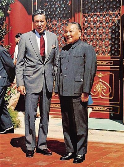1986年9月2日,邓小平在北京中南海接受了迈克・华莱士的采访。图为邓小平同华莱士合影。新华社记者 齐铁砚 摄