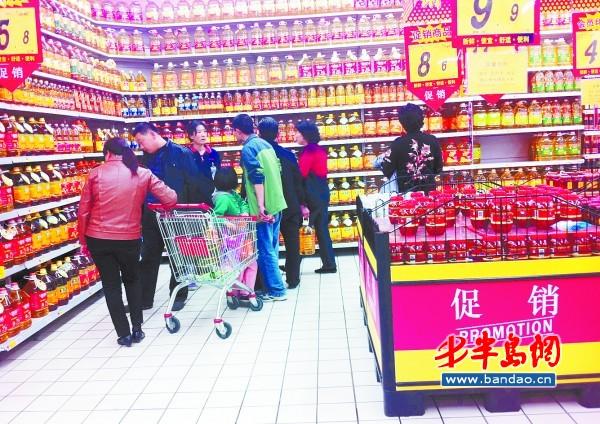 市民在超市内选购食用油.图片