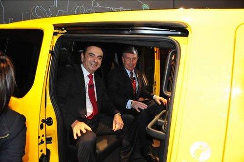 日产汽车公司总裁兼CEO卡洛斯?戈恩先生与纽约市长布隆伯格先生体验NISSAN NV200出租车