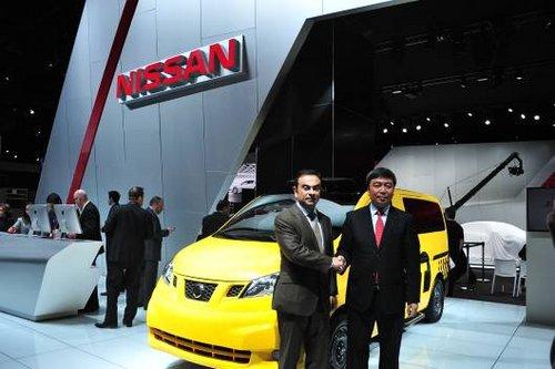 日产汽车公司总裁兼CEO卡洛斯?戈恩先生与郑州日产总经理郭振甫在NISSAN NV200出租车前合影