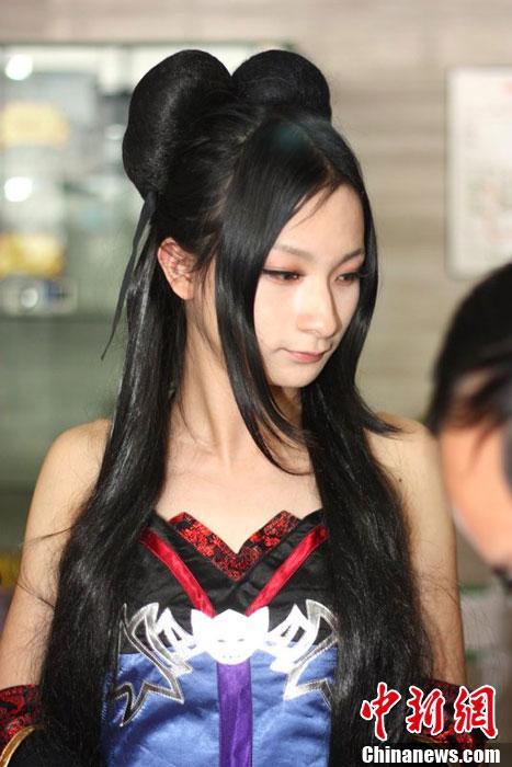 """4月8日,武汉,汉口三阳路举行的一场动漫展示秀上,一帮在校大学生的""""伪娘""""表演,征服了在场的观众。李少文"""