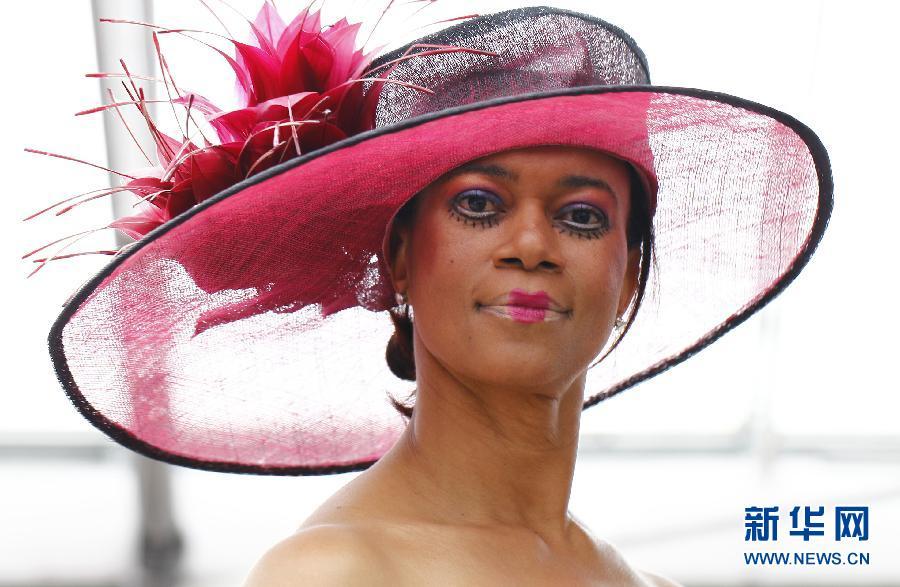 在荷兰西部小镇丽瑟,模特展示荷兰帽饰设计师杰基·哈贝茨设计的帽子.图片
