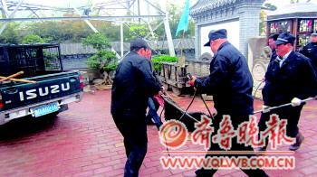 公安稽查队员终于捕获咬人藏獒。警方供图