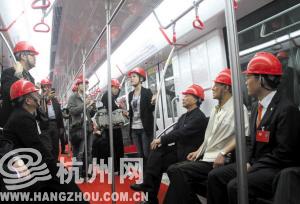 站点设置、扶手舒适度、运行平稳度,委员们相当关注地铁细节。记者 周涛 摄