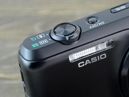 闪光灯下的CASIO标志为金属拉丝材质