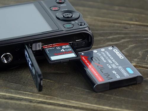 采用主流的SD卡为储存介质,而1200毫安大容量电池续航能力很足,可拍摄约335张照片,这在家用卡片机中已算非常厚道了。