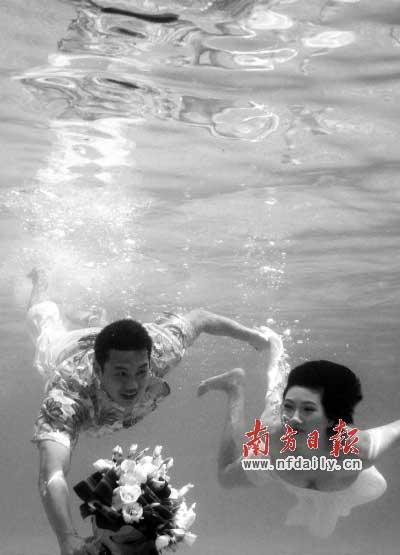 去年,周嘉威和施闻举行浪漫的水中婚礼。刘力勤 摄