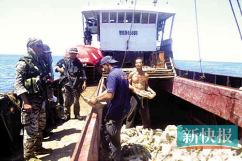 菲外交部公布10日拍摄于对峙事件发生前现场图片,显示菲士兵持枪登上中国渔船。