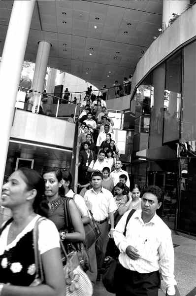 11日,在斯里兰卡首都科伦坡,人们在地震后离开建筑物到街头避灾。新华社发