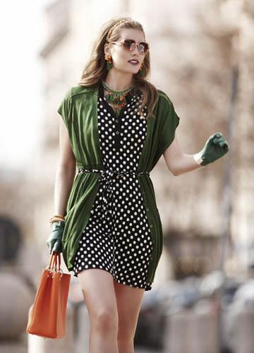 波点短裙搭配开襟无袖针织衫