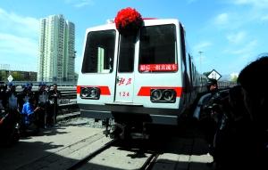 昨日,最后一组上线运营的直流车驶入中国第一个地铁车辆段古城车辆段,宣告了北京地铁直流车时代的结束。晨报记者 王巍/摄