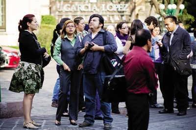 4月11日,疏散的人群聚集在墨西哥城街道上。新华社发
