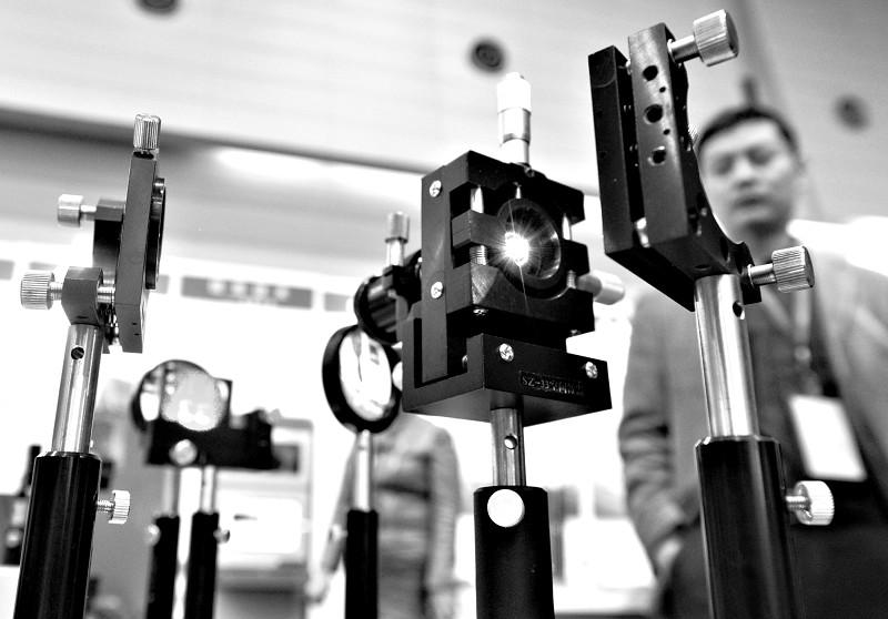 """9200平方米的第五届""""高展会""""室内展馆内,无处不闪耀着高新科技项目的光彩。在每一个展台前,都有大批市民驻足,他们用手触摸、用心聆听和用眼睛去感受着一个又一个科技成果。"""