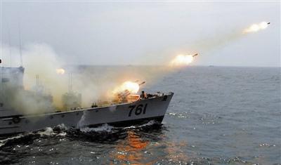 4月6日,东海舰队某猎潜艇大队761艇在训练中发射舰艏火箭深弹。4月上旬,这个大队把舰艇编队拉到复杂海区,开展为期6天的昼夜攻防演练。 傅 强摄