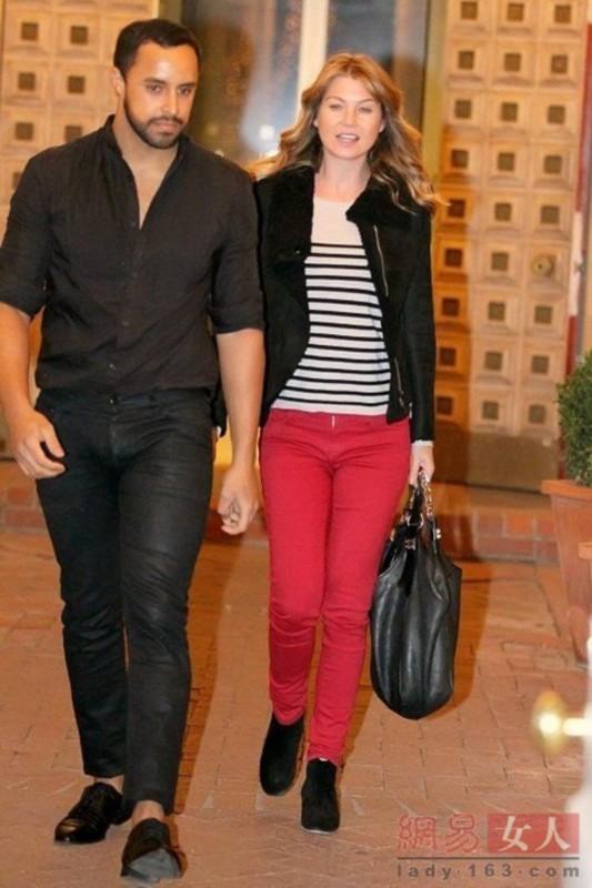 下半身穿搭红色仔裤,黑色的鞋子成为最合适的搭配