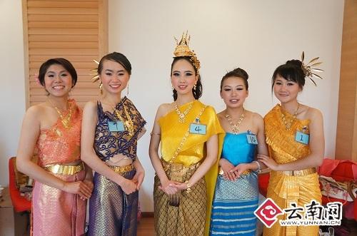 中国 学生/中国学生穿上泰国民族服装