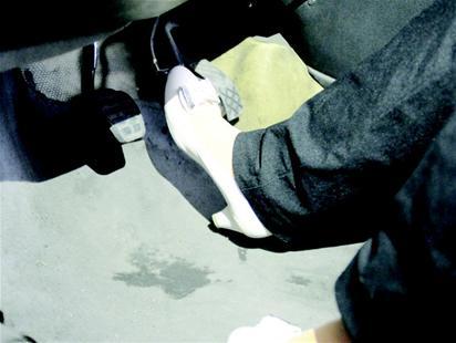 高跟鞋刹车 冲出几十米组图
