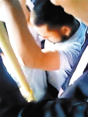 络腮胡男猥亵女乘客。 (网友提供的视频截图)