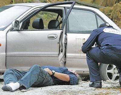 警方循李志彰手机发话地点、在五股祖坟前找到他,但他已全身僵硬死亡多时。台湾《苹果日报》