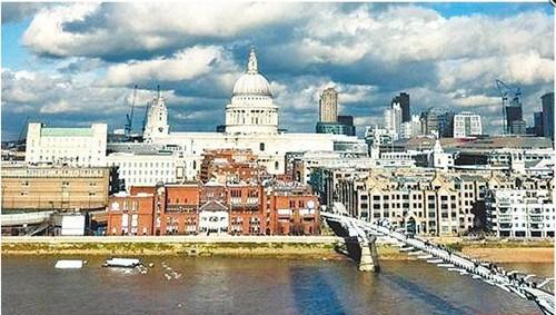圣保罗大教堂的前方就是泰晤士河