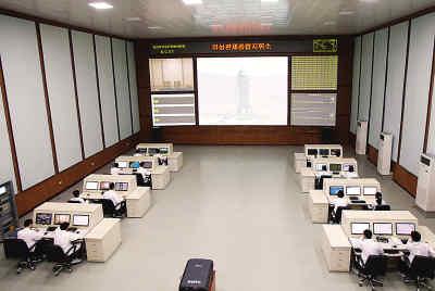 图为卫星控制综合指挥所内部大厅。 新华社记者 杜白羽