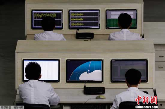 朝鲜电视台中断正常节目,女主播插播失败消息。视频截图