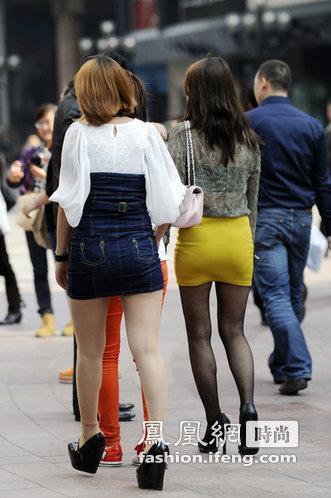 图:重庆街拍-各地女生上演秀腿大战 满街超短裙 成灾图片