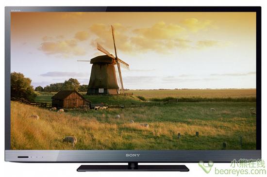 """EX520系列外形呈现典型的""""SONY范儿"""",高亮深邃的屏幕边框和电视外壳,没有做任何多余装点,简洁利索,侧面看电视很薄,既显气质又显时尚。"""