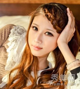 不论是斜刘海还是齐刘海放在额头前都很闷,将刘海进行   编发既可解决