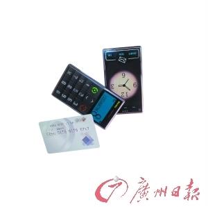 """中国设计师的""""磁盖""""手机大小跟一张卡片差不多。"""