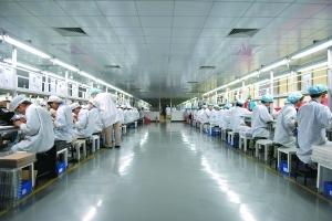 手机制造工厂流水线的工人。