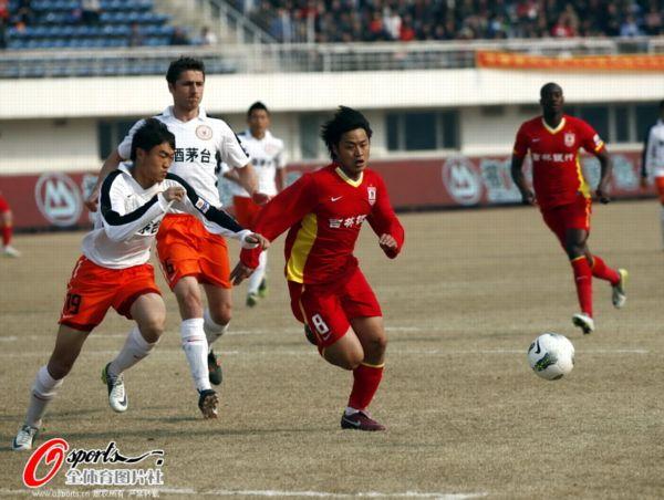 图文:[中超]亚泰0-0人和 杜震宇带球驰骋