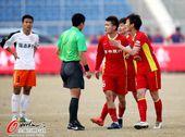 图文:[中超]亚泰0-0人和 亚泰众将围住裁判