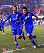 图文:[中超]阿尔滨1-0建业 卡纳莱斯庆祝