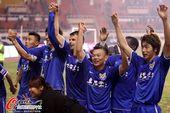 图文:[中超]阿尔滨1-0建业 主队欢呼庆祝