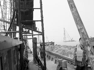 采砂船打上来的砂石被停靠在旁边的运输船直接运走 现代快报记者 陈泓江 摄