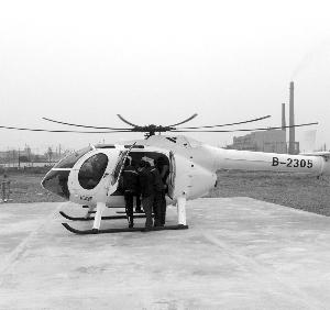 工作人员协助体验者登机