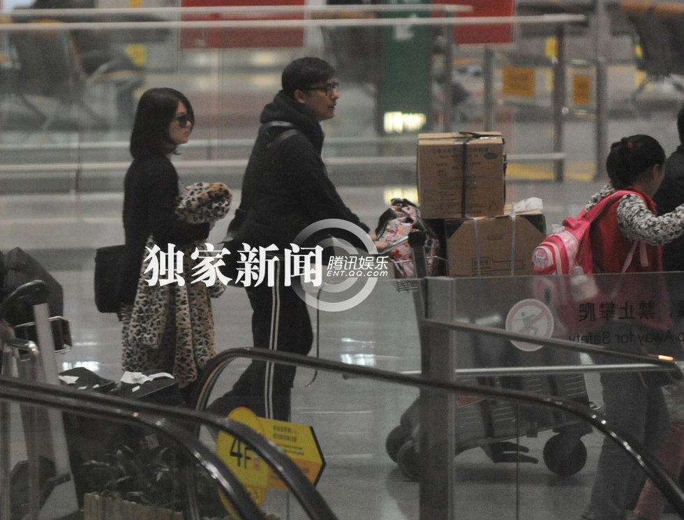 李湘王岳伦离婚了吗_李湘王岳伦携爱女回京 全家机场甜蜜破离婚传闻(组图)