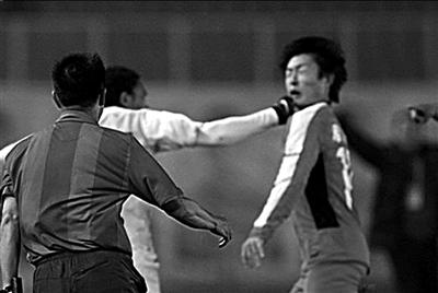 申鑫外援安东尼奥拳打郑龙引发冲突,两人均被红牌罚下。图/CFP