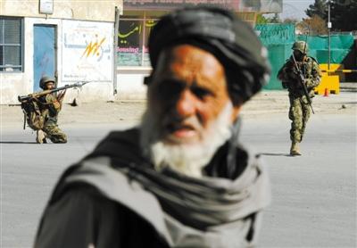 喀布尔/15日,阿富汗喀布尔,正在打击塔利班的阿富汗国民军准备发射...