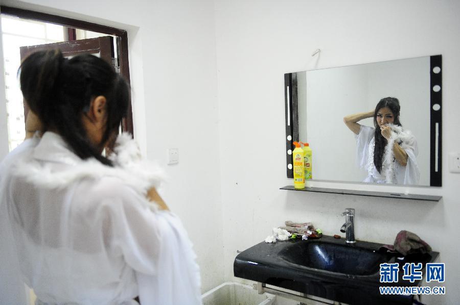 """一名来自武汉高校的""""伪娘""""为演出做准备4月14日摄。"""